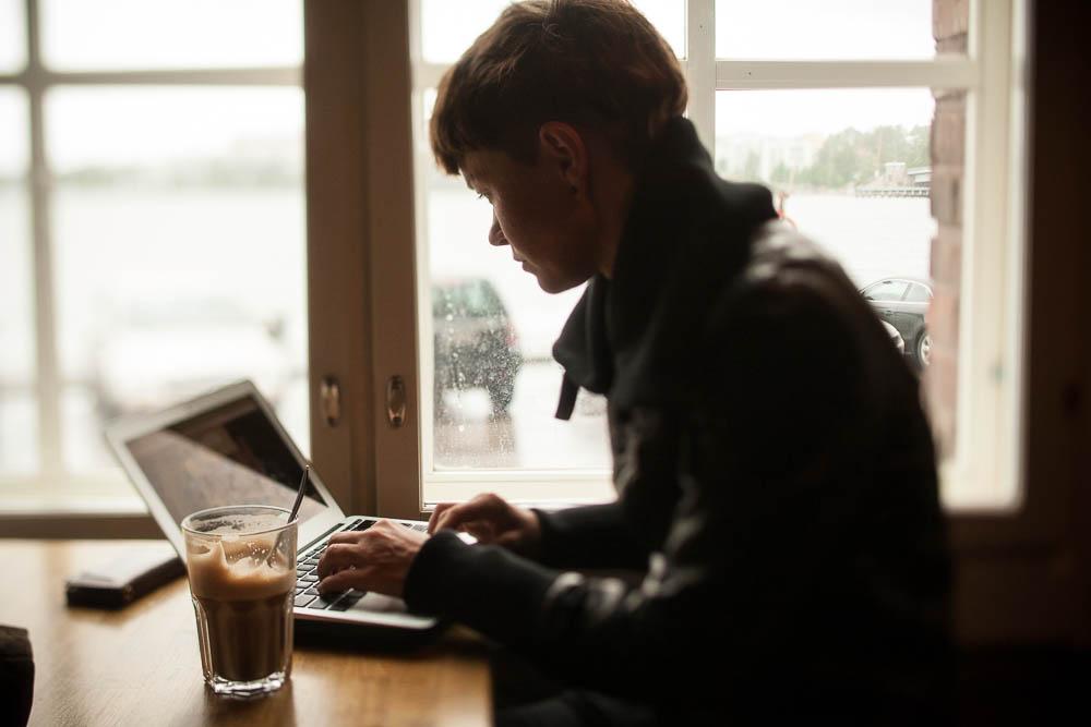 Jiz Lee at a laptop, photo by Alejandro-Lorenzo